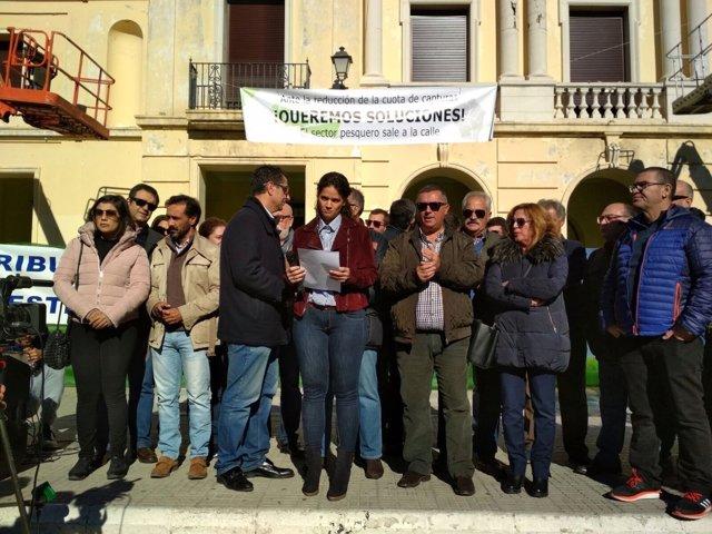 El PSOE muestra su apoyo al sector pesquero de Barbate
