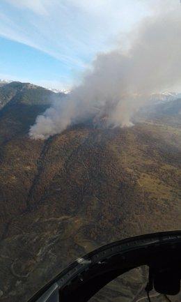 Continúa activo el incendio declarado en Torre la Ribera.