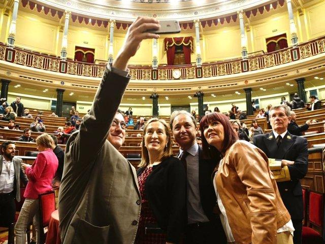 Selfie de Ana Pastor y miembros de la Mesa del Congreso