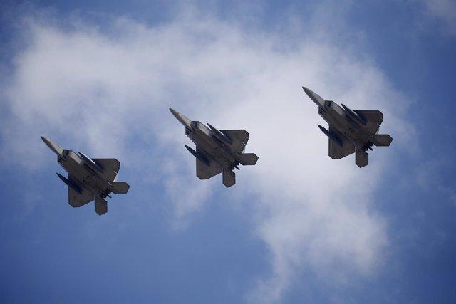 Aviones de guerra estadounidenses F-22 sobrevuelan Corea del Sur