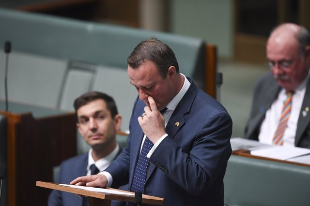 El parlamentario australiano Tim Wilson propone matrimonio a su pareja