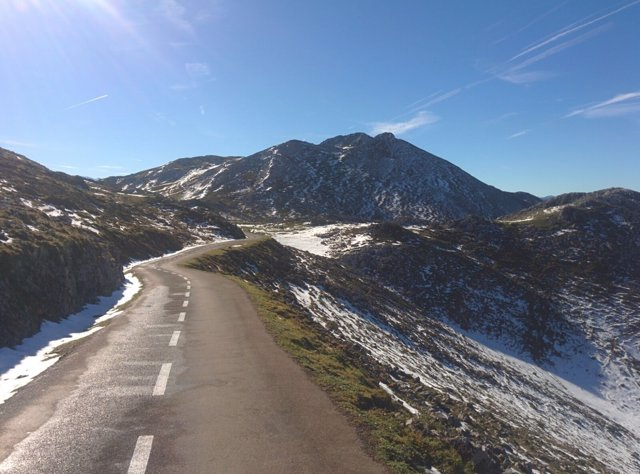 Angliru, nieve, montaña, invierno, carretera nevada, niebla