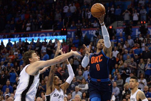 Pau Gasol y Westbrook en el San Antonio Spurs - Oklahoma City Thunder