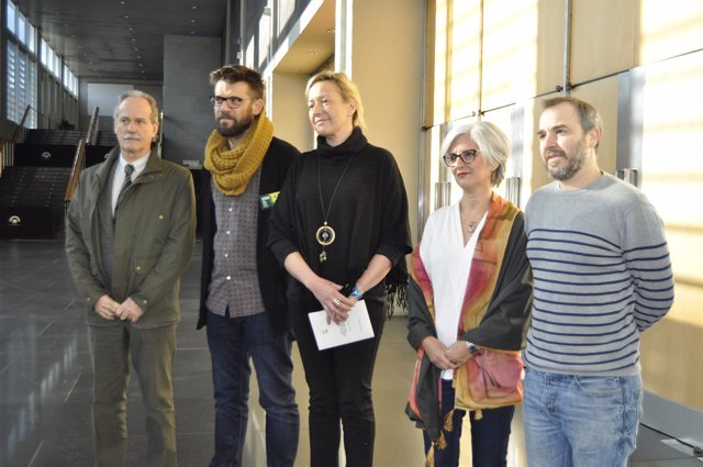 La consejera Marta Gastón con Susana Martín y otros artesanos.