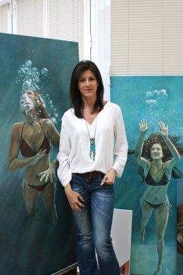 Perla Fuertes posa con su obra