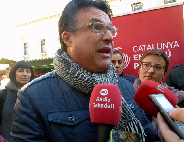 El líder de EUiA, Joan Josep Nuet, atendiendo a los medios en Sabadell