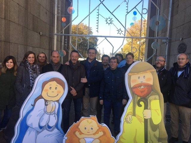 El PP coloca en la Puerta de Alcala un belén de cartón