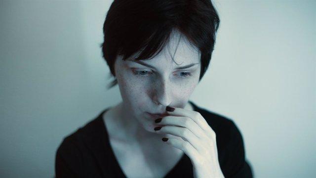 Mujer con miedo, pena, tristeza