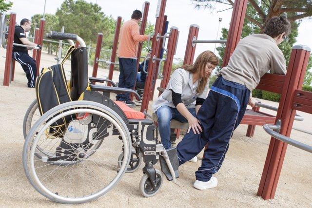 Voluntarios trabajan con discapacitados en el parque.