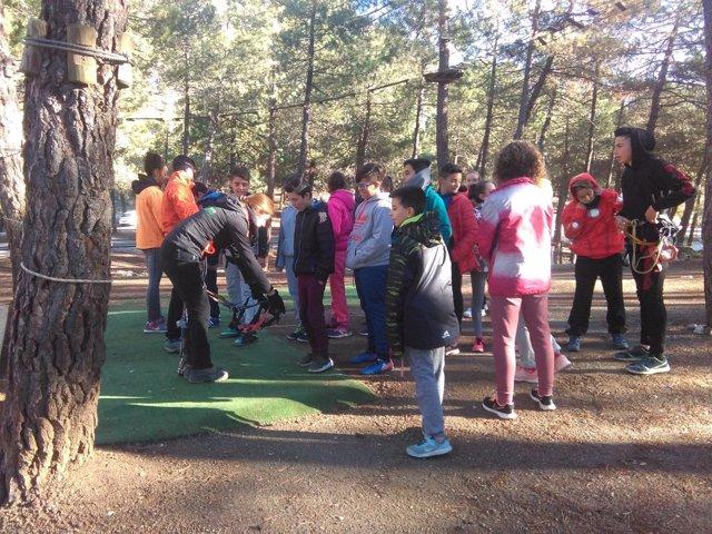 Una veintena de escolares de Abla disfrutan de 'Deporte en el Bosque'.