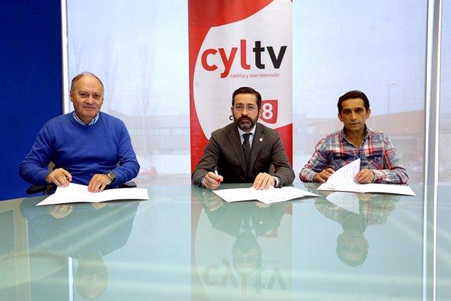 Firma del convenio entre Cyltv, UGT y CCOO