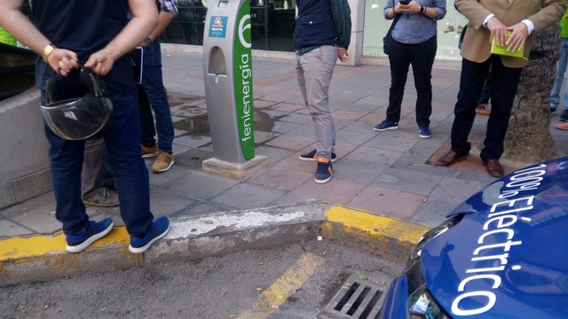 Un coche eléctrico ante el poste de recarga en la avenida Alfonso el Sabio