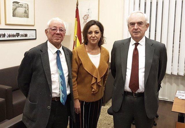 Isabel Ambrosio, entre Miguel Fuertes y Enrique Camacho, en Serbia