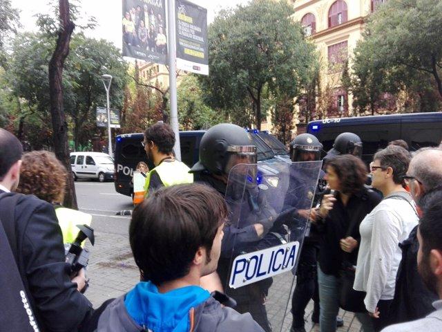 Policía Nacional ante la Escuela Ramon Llull de Barcelona por el 1-O
