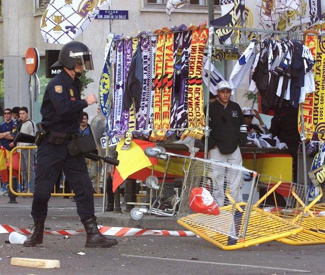 Un policía en las inmediaciones del Santiago Bernabéu