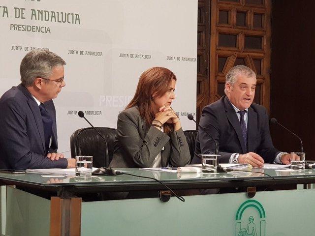El consejero de Empleo, Javier Carnero, a la derecha tras el Consejo de Gobierno