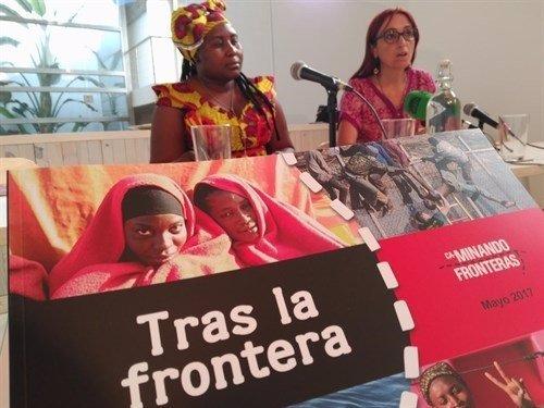 La activista española Helena Maleno (derecha)