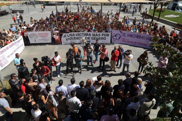 Concentración frente el Ayuntamiento de Armilla por un crimen machista