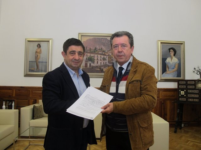 Entrega del incentivo al alcalde de Linares