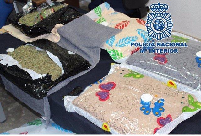 Droga envuelta fundas de almohada en mensajería bulto paquete mariahuana