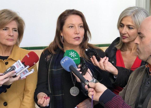 Carmen Crespo atiende a los medios junto a Esperanza Oña y Patricia del Pozo