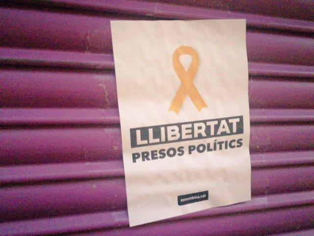 """Comercio de la madre de Albert Rivera con cartel de apoyo a """"presos políticos"""""""