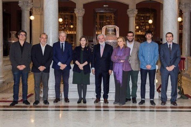 Carme Riera y Darío Villanueva con los representantes de la Comisión de Cultura