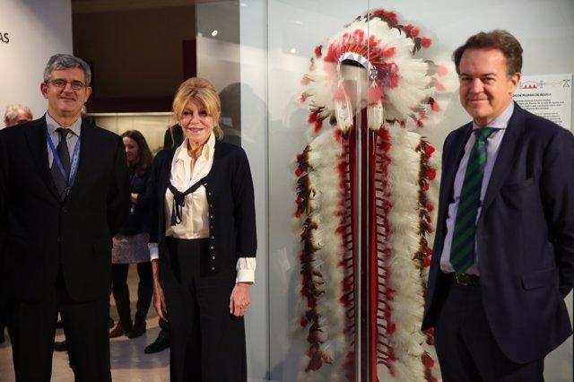 La baronesa Carmen Thyssen dona un  tocado de plumas de las culturas nativas