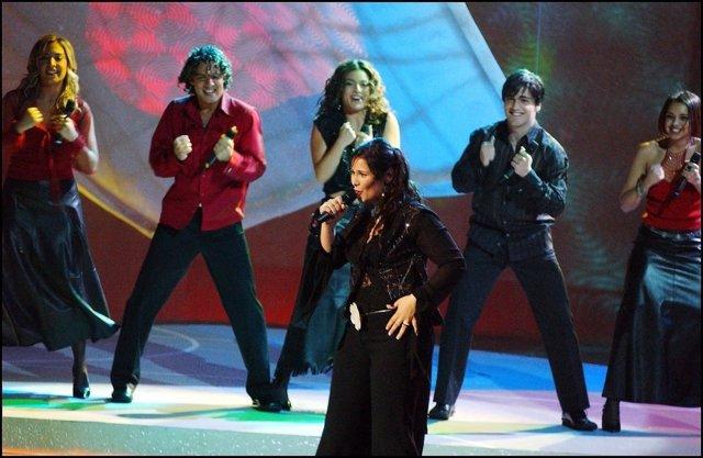 Eurovisión 2002, Rosa López cantando 'Europe's living a celebration'
