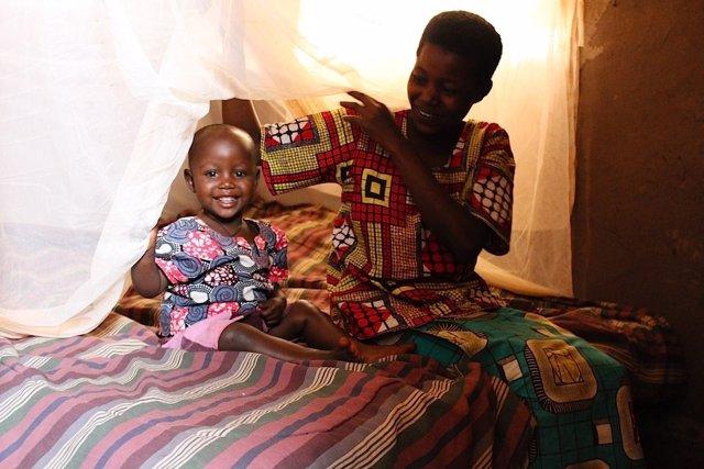 Niña con malaria en Burundi