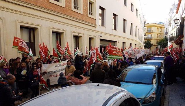 Concentración sindical contra la precariedad de monitores escolares