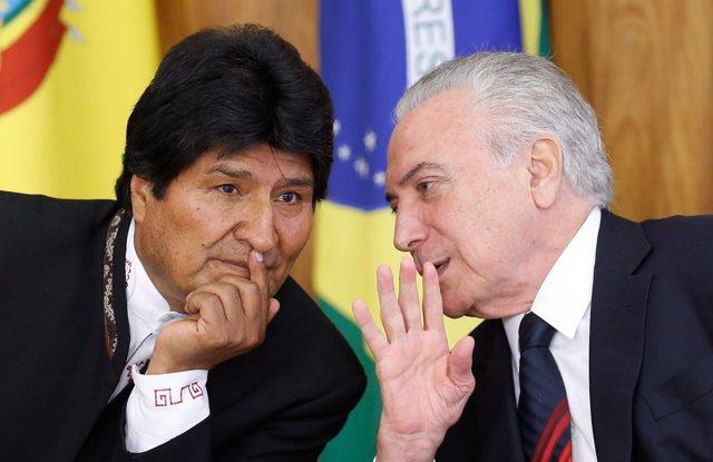 Bolivia's President Evo Morales (L) listens to his Brazilian counterpart Michel