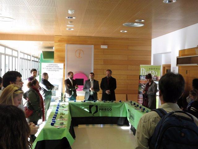 Algar (dcha.) y Mármol (centro), durante la visita con los profesionales