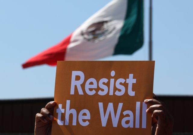 Pancarta contra el muro entre México y Estados Unidos