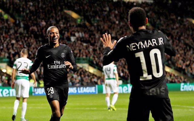 Mbappé y Neymar celebra un gol del PSG