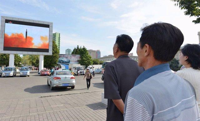 Norcoreanos ven en Pyongyang el lanzamiento de un misil balístico