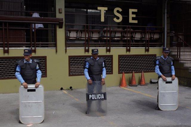 Policías protegiendo la sede del TSE en Tegucigalpa