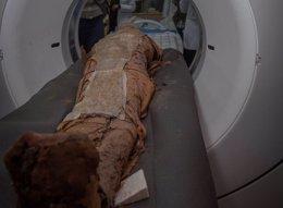 Realizan un TAC a una momia