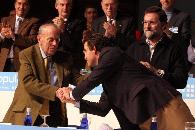 Alberto Núñez Feijóo saluda a Manuel Fraga