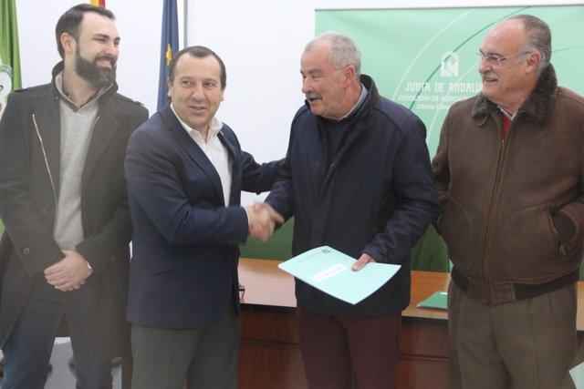 José Luis Ruiz Espejo con Araujo entrega incentivo Residencial Antequera 2017