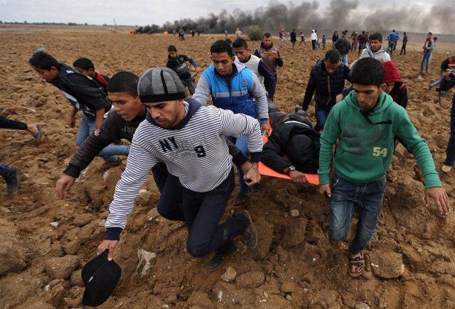 Manifestante palestino herido en la frontera de Gaza