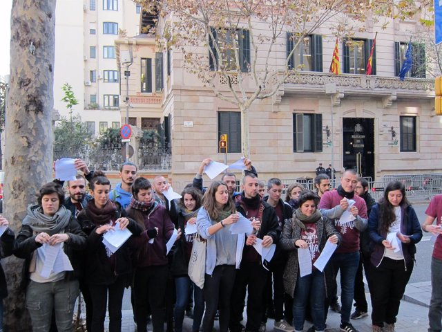 Miembros de Arran rompen la petiticón de prisión por el acto en el PP catalán