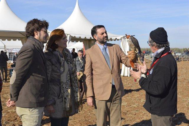El consejero de Turismo en Osuna en el Campeonato de España de Cetrería