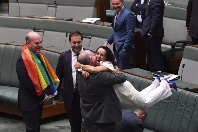 Diputados australianos celebran la aprobación del matrimonio homosexual