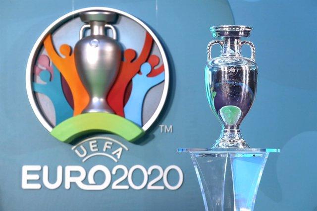 Trofeo y logo de la Eurocopa 2020