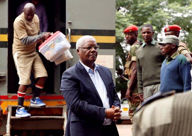 El exministro de Finanzas de Zimbabue, Ignatius Chombo, llegando a los juzgados