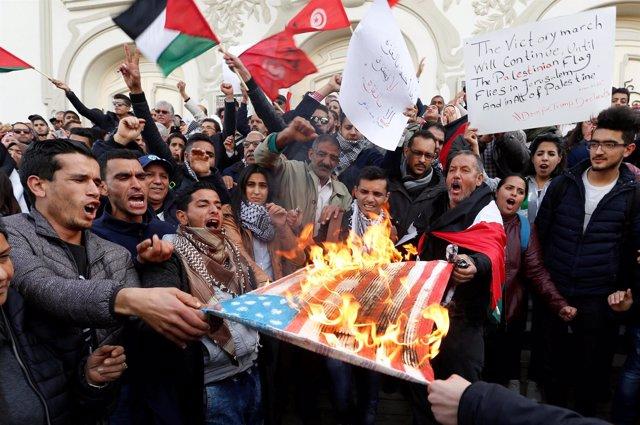 Manifestantes queman una bandera de Estados Unidos en Túnez