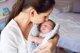 Los beneficios del piel con piel tras la cesárea