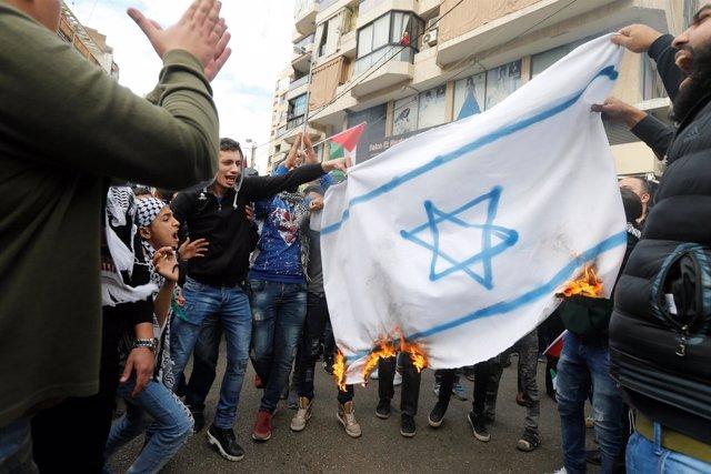 Manifestantes contra la decisión de Trump en Beirut queman una bandera israelí