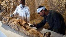 Les autoritats egípcies troben una mòmia i centenars d'objectes funeraris a Luxor ( AFP)